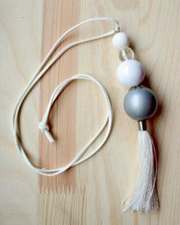 Naszyjnik - białe i szare koraliki z białym frędzlem